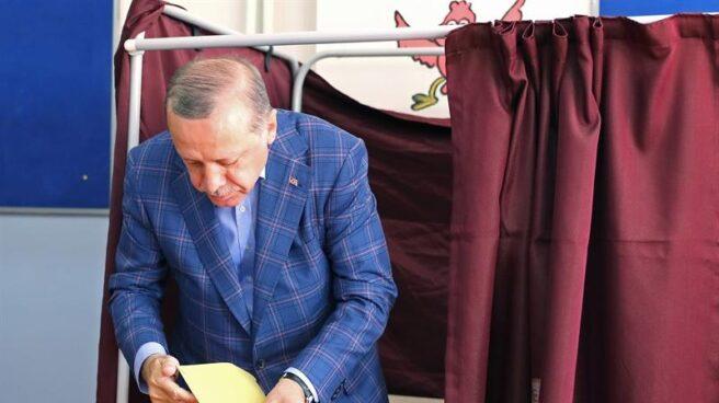 El presidente turco, Recep Tayyip Erdogan, antes de depostar su voto, en Estambul.