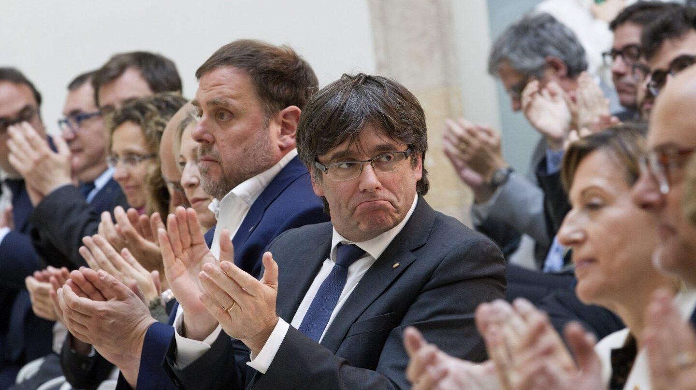 Carles Puigdemont, junto a Oriol Junqueras y Carme Forcadell durante el acto de apoyo a la presidenta del Parlament.