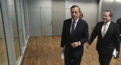 El presidente del BCE, Mario Draghi, junto al vicepresidente, Vitor Constancio, antes de su comparecencia en la sede de la institución en Fráncfort.