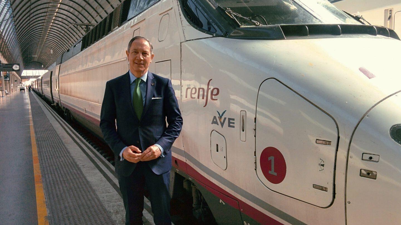 Alfredo Durán Alonso, junto a un tren AVE en la estación sevillana de Santa Justa.