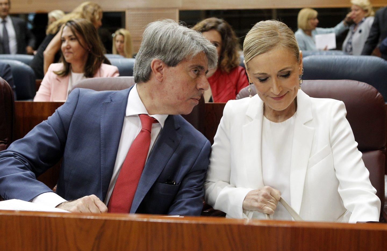 El diputado Ángel Garrido y Cristina Cifuentes, en la Asamblea de Madrid.