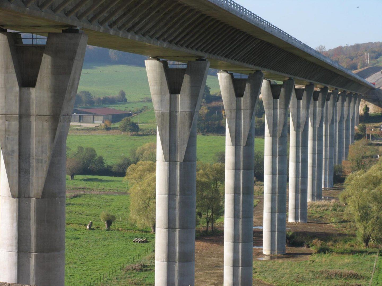 Viaducto de una de las autopistas gestionadas por Abertis en Francia.