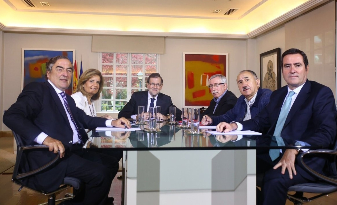 Los primeros espadas de CEOE-Cepyme y de CCOO y UGT reunidos en La Moncloa en plena negociación de los sueldos para 2017.