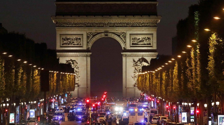Los Campos Elíseos de París, tomados por la Policía tras el tiroteo en el que ha muerto un agente.