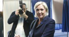 La candidata del Frente Nacional, Marine Le Pen, vota en las elecciones que Francia celebra este domingo.
