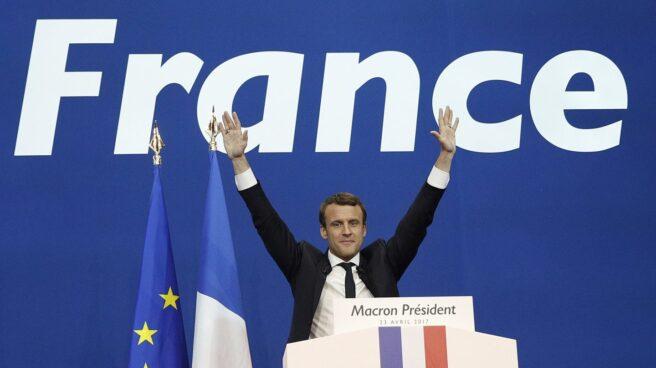 Emmanuele Macron saluda a sus seguidores.