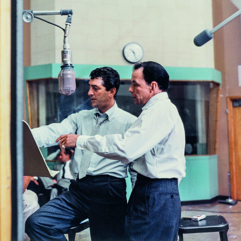 Frank Sinatra y Dean Martin en los estudios de la torre Capitol Records en octubre de 1958.