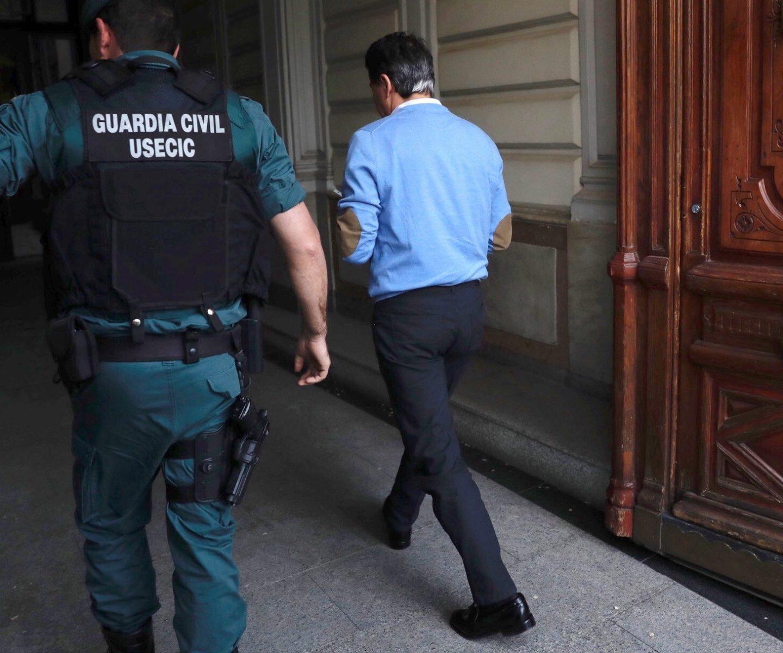 Ignacio González entra en su despacho, junto a la Guardia Civil. el día de su detención.