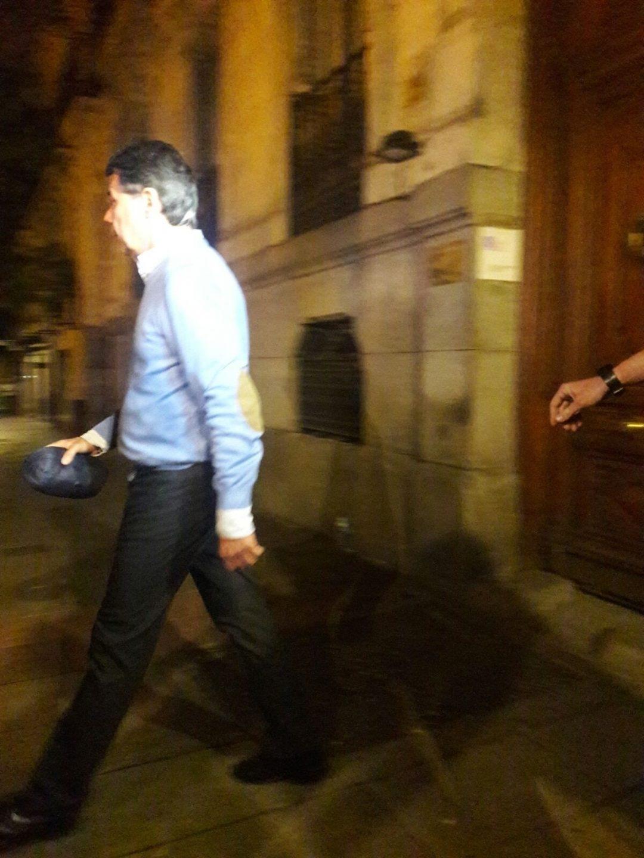 Ignacio González sale anoche de su despacho.