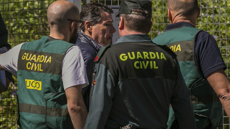 Ignacio González sale este viernes de la Comandancia de la Guardia Civil rumbo a la Audiencia Nacional.