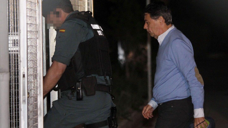 Ignacio González entra en la Comandancia de la Guardia Civil.