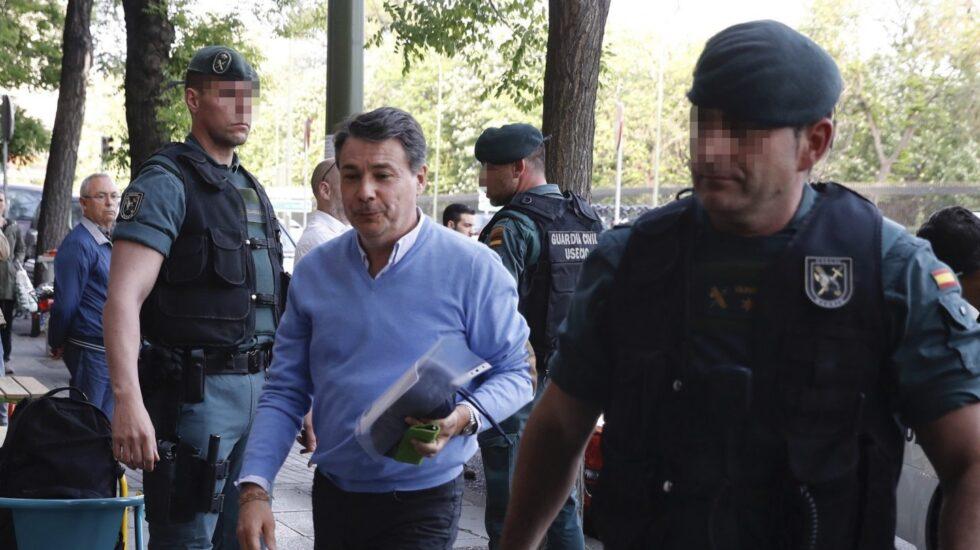 Ignacio González entra en su despacho profesional durante el registro realizado por la Guardia Civil.