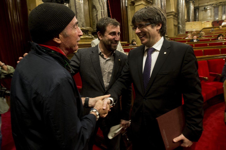 Llach y Puigdemont, en el Parlament.