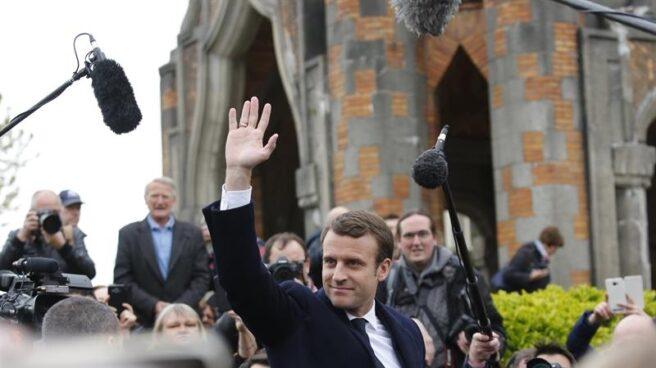 Macron saluda tras votar en las elecciones presidenciales en Francia.