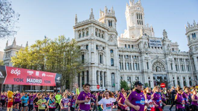 La Plaza de Cibeles llena de corredores en la edición 2016.