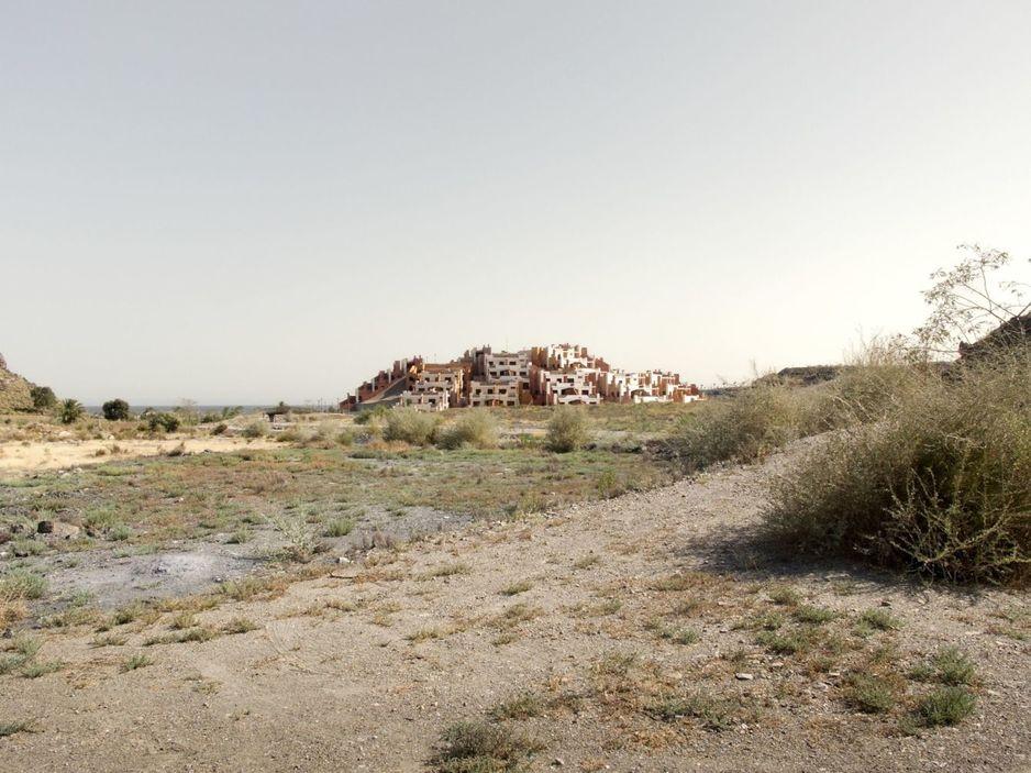 El litoral español quedó salpicado de cementerios de ladrillo de lo que iban a ser casas sobre plano.