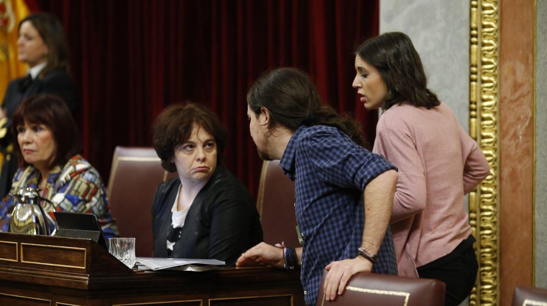 La diputada y miebro del departamento legal de Podemos, Gloria Elizo, junto al líder del partido, Pablo Iglesias, anuncia su personación en la Operación Lezo.