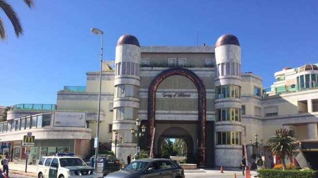 Edificio de Puerto Banús (Marbella) registrado por la Guardia Civil.
