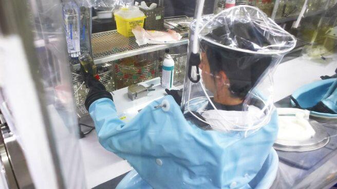 Un trabajador revisa la calidad de la vacuna recién fabricada