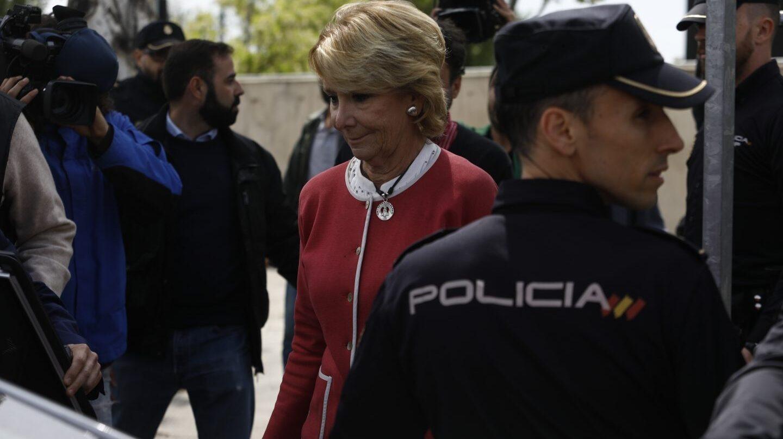 La dimisión de Esperanza Aguirre aviva las críticas de la oposición.