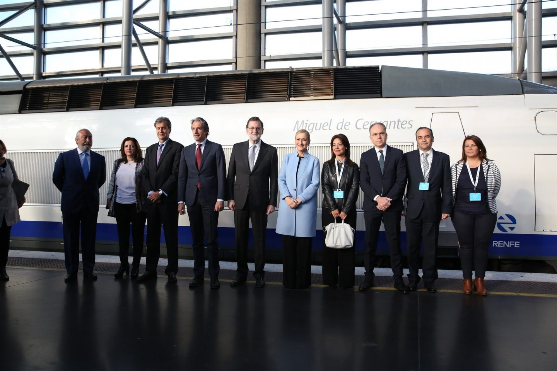 Rajoy, de la Serna, Cifuentes y varios altos cargos posan detrás de un tren idéntico al primero que circuló hace 25 años entre Madrid y Sevilla.