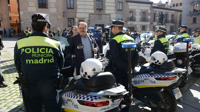 Policías locales de Madrid en moto, junto al edil Javier Barbero (Ahora Madrid)