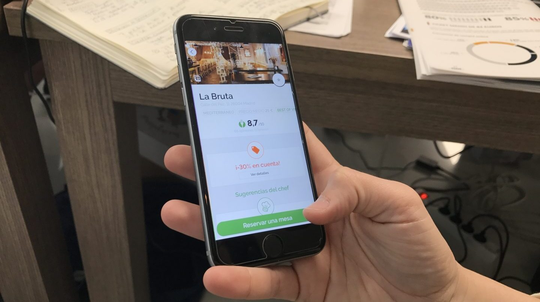 Un usuario realiza una reserva online en un restaurante