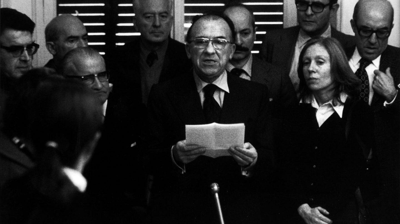 El secretario general del Partido Comunista de España, Santiago Carrillo, da en Madrid una rueda de prensa clandestina, a la que asisten periodistas españoles y extranjeros el 10 de diciembre de 1976.