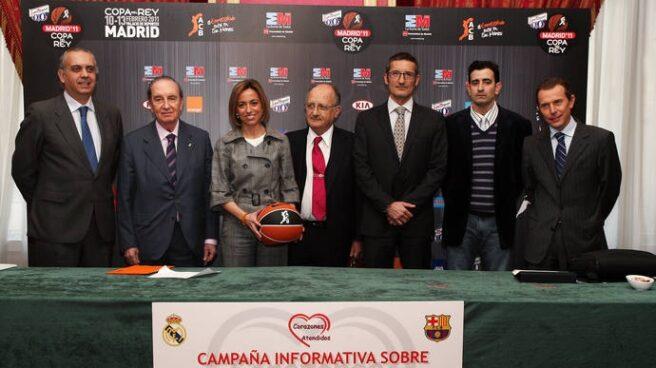 La ministra de Defensa, Carme Chacón, junto con el doctor Petit y representantes de la ACB, la FEB, el F.C Barcelona, el Real Madrid y la Federación Nacional de Afectados por Cardiopatías Congénitas y Adquiridas.