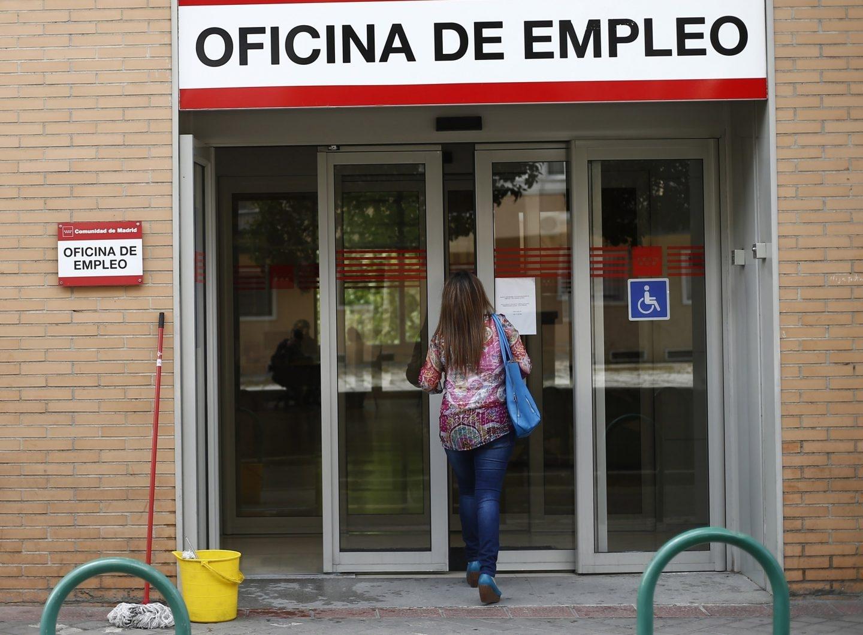Una mujer entra en una oficia de empleo.