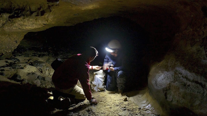 Dos paleoantropólogos tomando muestras.