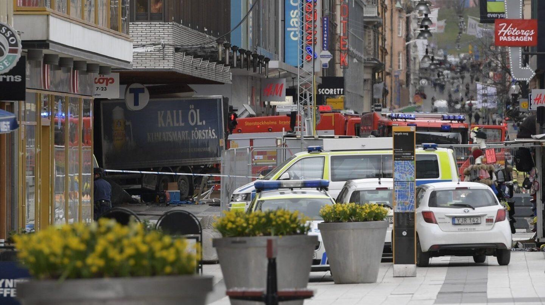 Un camión ha arrollado a la gente en una calle comercial de Estocolmo, povocando la muerte de al menos tres personas.