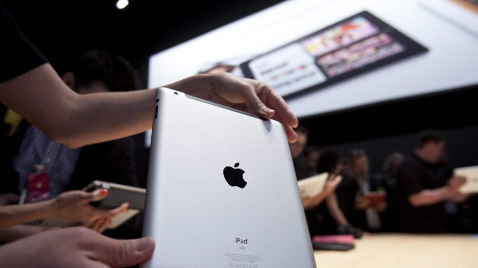 Un usuario sostiene un iPad en una Apple Store.