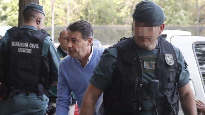 Ignacio González, conducido por los agentes de la UCO para el registro de su despacho profesional tras su detención.