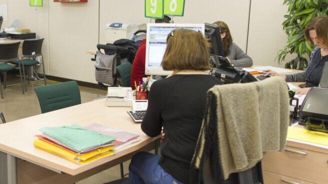 Empleada en una oficina del Servicio Público de Empleo (SEPE) donde trabajan funcionarios de carrera e interinos.
