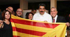 Nicolás Maduro, posando con una bandera estelada con los miembros de Ítaca.