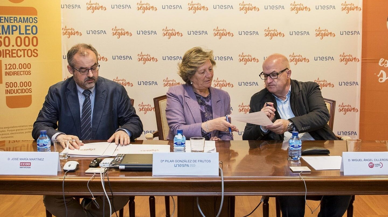 La presidenta de Unespa, Pilar González de Frutos, y los representantes de CCOO y UGT firman el convenio colectivo del sector de seguros que incluye una aproximación a la mochila austríaca.