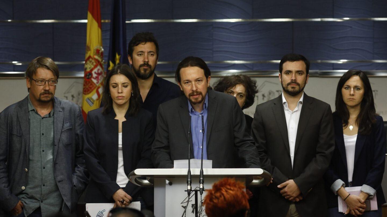 Pablo Iglesias, líder de Podemos, junto a representantes del grupo parlamentario. presentando la moción de censura