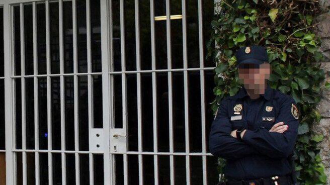 Un agente de policía, ante el domicilio de los Pujol.