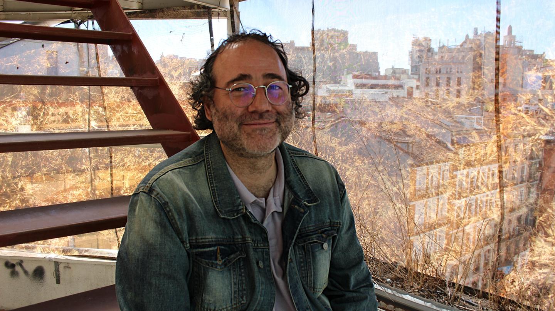 Enrique Villalobos, presidente de la federación de vecinos, posa en la azotea de El Independiente.