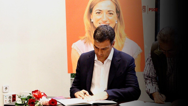 Pedro Sánchez, ex secretario general del PSOE, firma en el libro de condolencias ante el retrato de Carme Chacón.