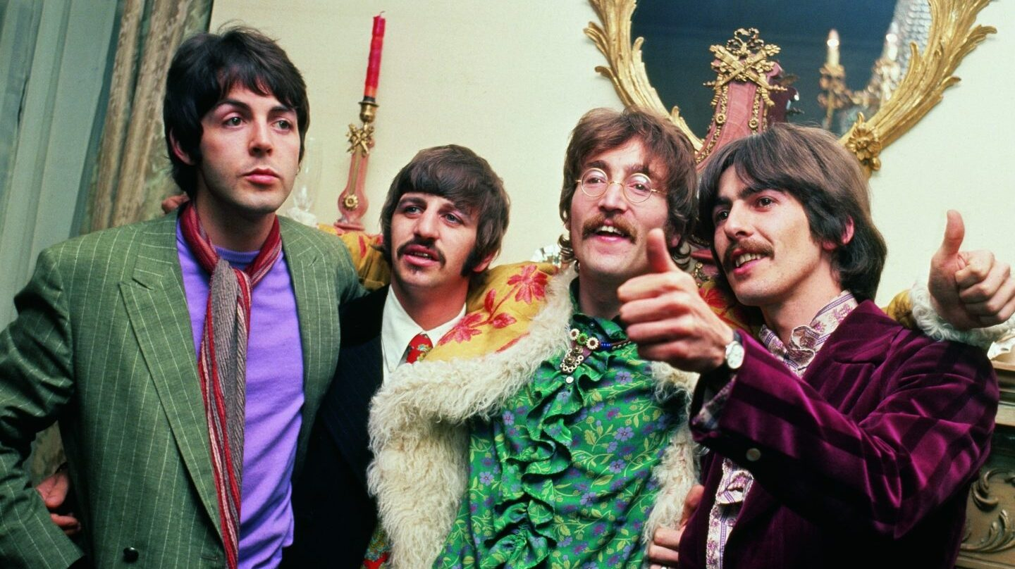The Beatles en casa de su manager, Brian Epstein durante la fiesta de lanzamiento de 'Sgt. Pepper's Lonely Hearts Club Band', el 19 de mayo de 1967.