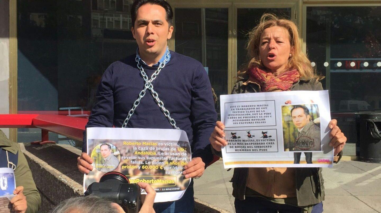 Roberto Macías, encadenado simbólicamente este viernes ante la sede nacional de UGT.