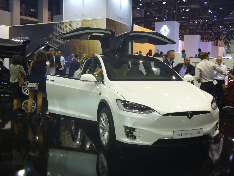 La marca californiana de coches eléctricos Tesla ya opera en España. El SUV Model X se caracteriza por sus puertas traseras tipo ala de gaviota. La versión más asequible (75D) cuesta 97.150 euros, y tiene una autonomía de 417 km.