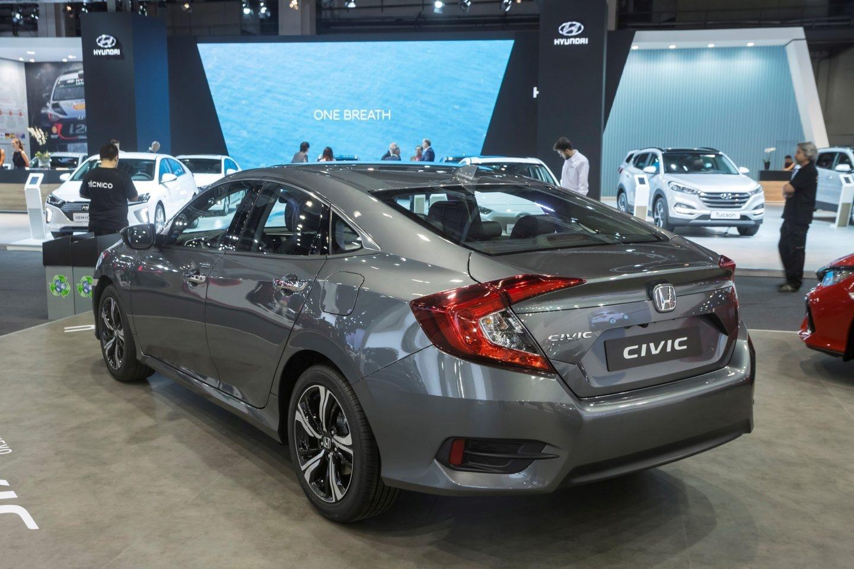 Con una trasera de deportivo aspecto, el Honda Civic de 4 puertas mide 13 cm más de largo que el compacto de 5 puertas. Monta un motor de gasolina VTEC turboalimentado de 1,5 litros (182 CV). Disponible desde 24.940 euros.