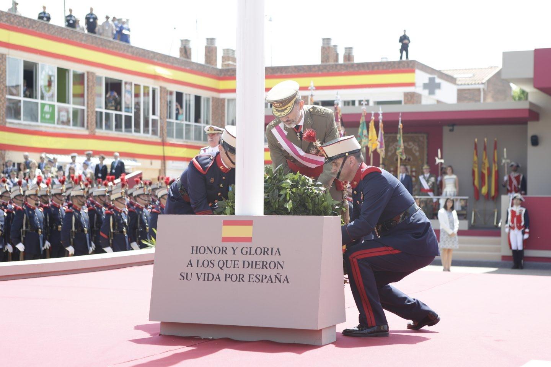 El Rey Felipe rinde homenaje a los fallecidos en acto de servicio durante el Día de las Fuerzas Armadas.