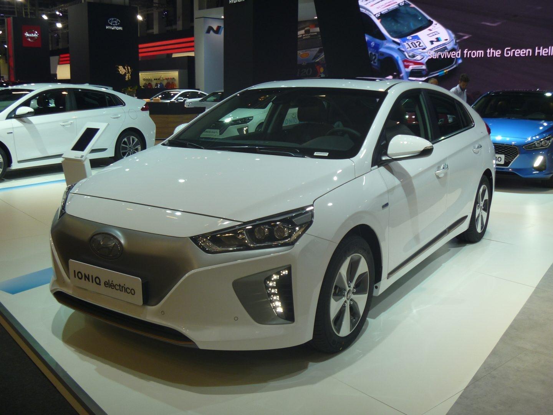 El Hyundai Ioniq es el único vehículo de la producción mundial que ofrece tres sistemas de propulsión eléctrica: Ioniq híbrido, Ioniq eléctrico e Ioniq híbrido enchufable. Este último puede recorrer 63 km en modo eléctrico.