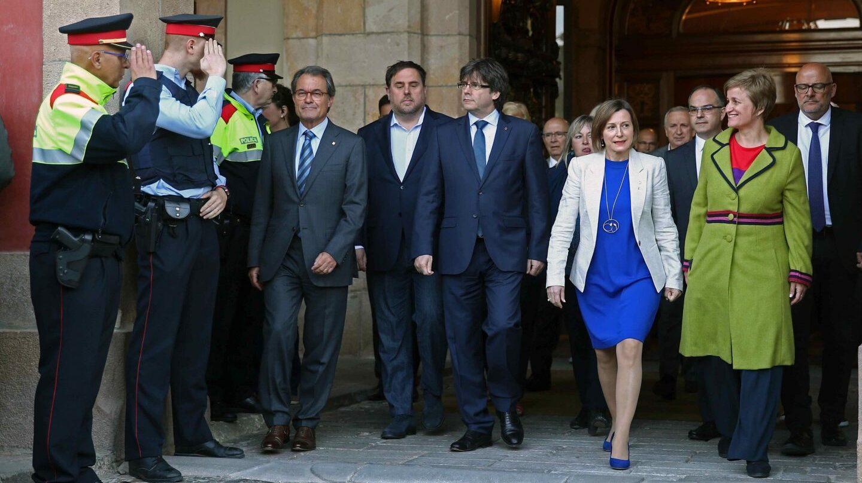 La presidenta del 'Parlament', Carme Forcadell (de azul), junto a Puigdemont, Junqueras y Mas.