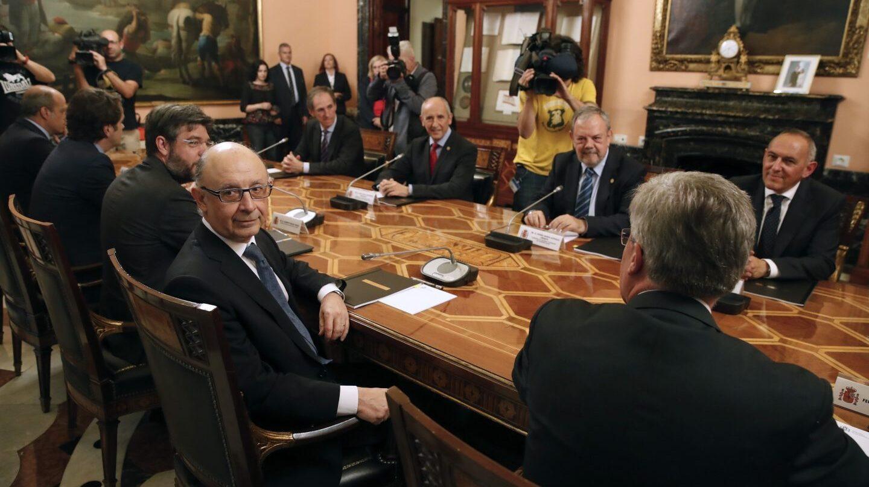 El ministro de Hacienda, Cristóbal Montoro; el consejero de Hacienda y Economía vasco, Pedro Azpiazu, y el portavoz del Gobierno vasco, Josu Erkoreka.