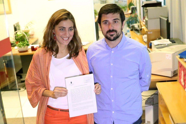 Lorena Ruiz y Ramón Espinar registran la moción de censura contra Cifuentes.